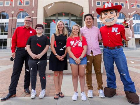 hancellor Ronnie Green and Herbie stand on either side of the Voluntary COVID-19 Vaccine Registry grand prize winners (from left) Alex Chytil, Jenna Huttenmaier, Sidney Vincent and Dan Nguyen. Not pictured are Griselda Aragon and Samuel Flint.